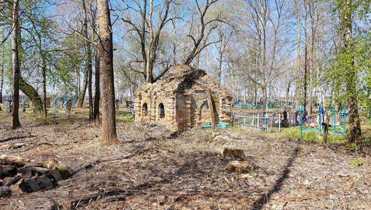 Брянцы при уборке кладбища обнаружили таинственную часовню