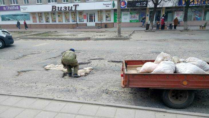 Ямы на Почтовой брянский водитель героически залатал кирпичами