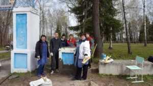 Брянские студенты восстановили разрушенное водителем ограждение парка