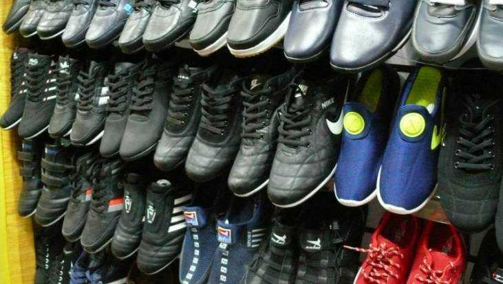 В магазине Брянска нашли поддельную одежду и обувь на 1,8 миллиона рублей