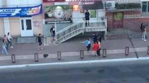 В Брянске сняли видео жестокой драки молодёжи у «Винника»