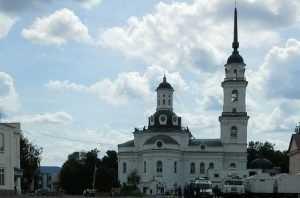 В Почепе спилили здоровые деревья у храма и залили округу нечистотами