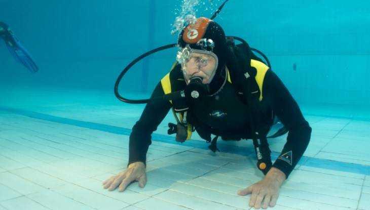 В Брянске слепой ныряльщик отпраздновал 80-летний юбилей под водой