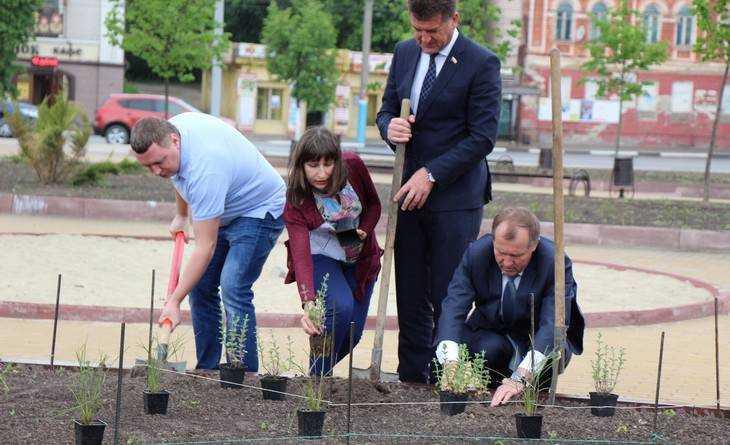 Набережная Брянска запестрела цветами и скоро заискрится струями фонтана