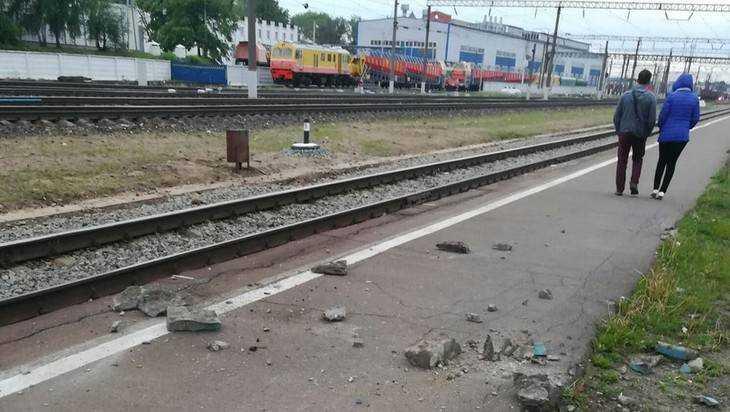 На станции Брянск-II куски обвалившейся части моста чуть не убили ребенка