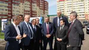 В Брянске замминистра раскритиковал расцветку новостроек на Флотской