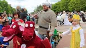 В Брянске прошел веселый парад колясок с Ильей Муромцем и Горынычем