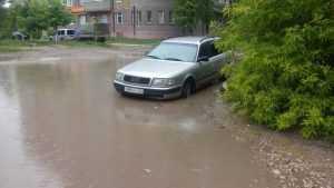 В Брянске автомобиль «Ауди» провалился в скрытый водой люк