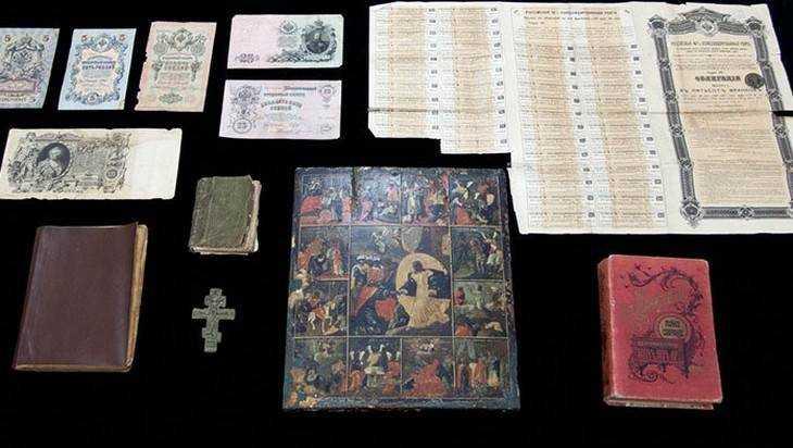 Брянские таможенники передали музеям редкие иконы и книги