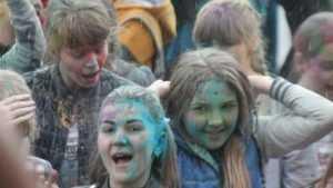 В Клинцах все подростки стали сине-зелеными после фестиваля красок