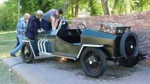В Клинцах вернули на постамент обновленный ретроавтомобиль