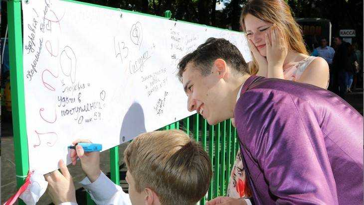 В Брянске дали волнительный бал в честь 433 выпускников-медалистов