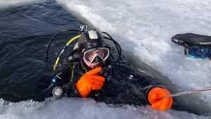 Брянские дайверы показали видео погружения к затопленному экскаватору