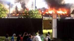В Брянске сильный пожар уничтожил здание на улице Урицкого