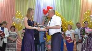 Юрий Гапеенко вручил медали лучшим выпускникам Брянского района