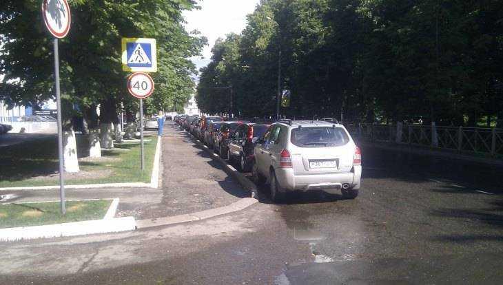 Жителя Брянска возмутила парковка на пешеходном переходе