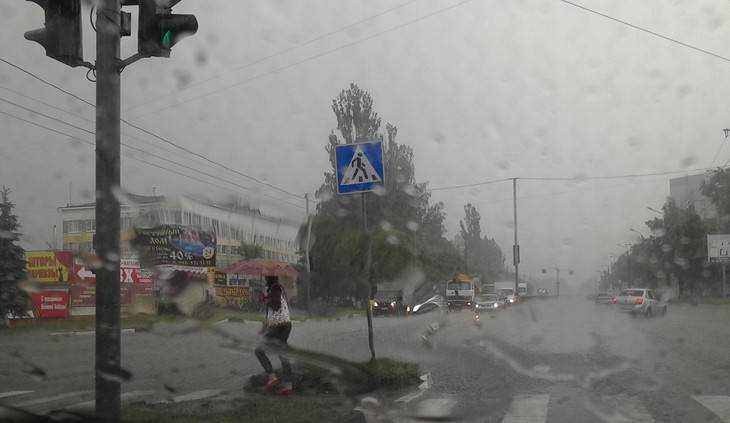 В Брянске по асфальту, подоконникам и автомобилям отбарабанил град