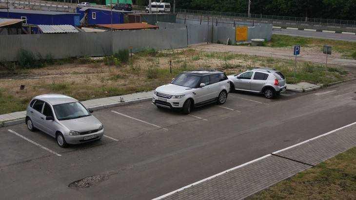 Брянца возмутил занявший сразу три места на парковке водитель джипа