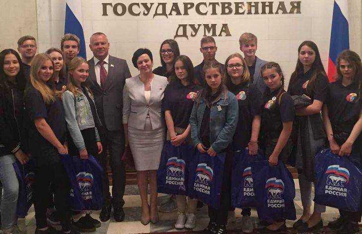 Валентина Миронова провела экскурсию в Госдуме для брянских старшеклассников