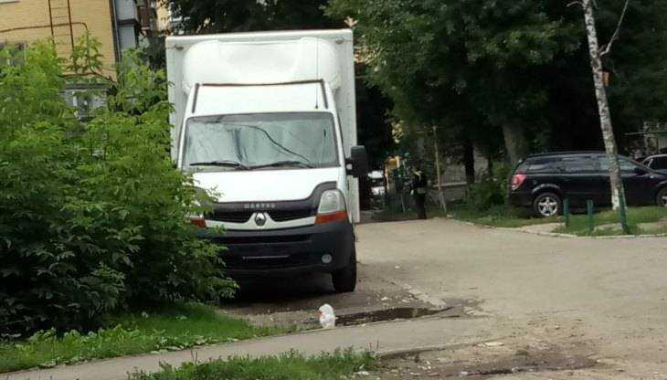 Жителей Брянска напугал загадочный автомобиль возле многоэтажки