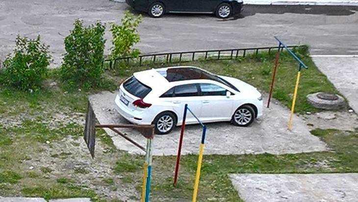 Брянский водитель удивил соседей головоломной парковкой
