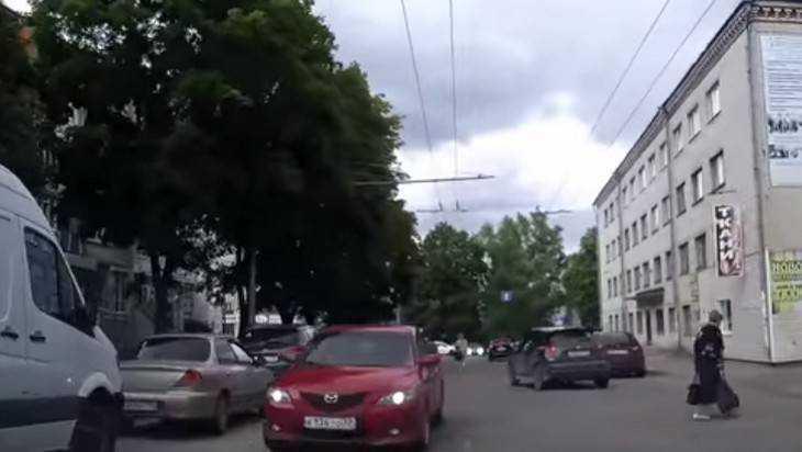 В Брянске сняли видео проезда по встречке запутавшегося водителя