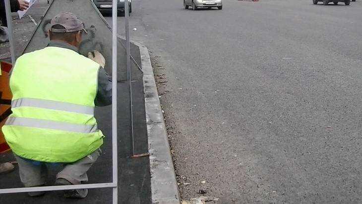 В Брянске дорожные джентльмены удивили водителя своим ремонтом