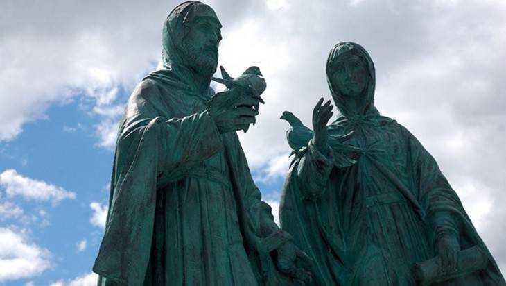 В Брянской области установили памятник Петру и Февронии Муромским