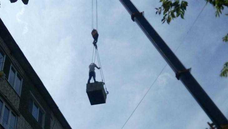 Строители поразили брянцев опасным цирковым номером на высоте
