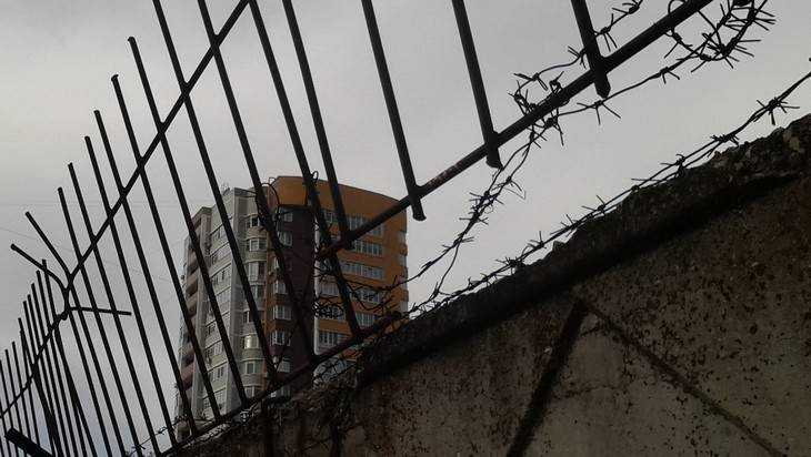 В Брянске «элитный» дом окружили колючей тюремной проволокой