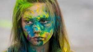 Брянские подростки на фестивале красок и музыки до жути вымазались