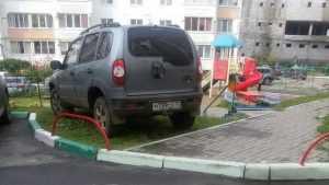 Брянцев возмутил водитель «Нивы», разместившийся на детской площадке