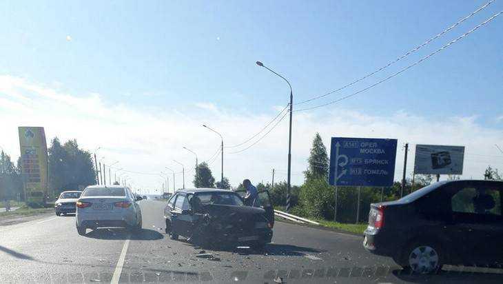 Под Брянском около АЗС столкнулись ВАЗ и Renault Logan