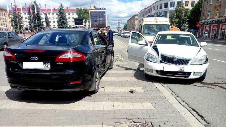 В Брянске на площади Ленина столкнулись «Городское такси» и «Форд»