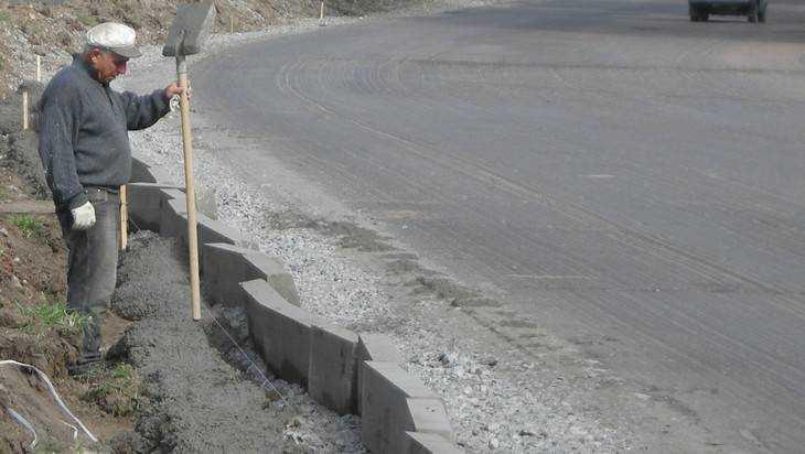 Брянские коммунальщики научились великолепно строить дороги из грязи