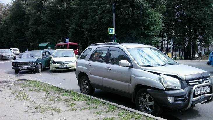 В Брянске на Смоленском шоссе автомобили обменялись жесткими ударами