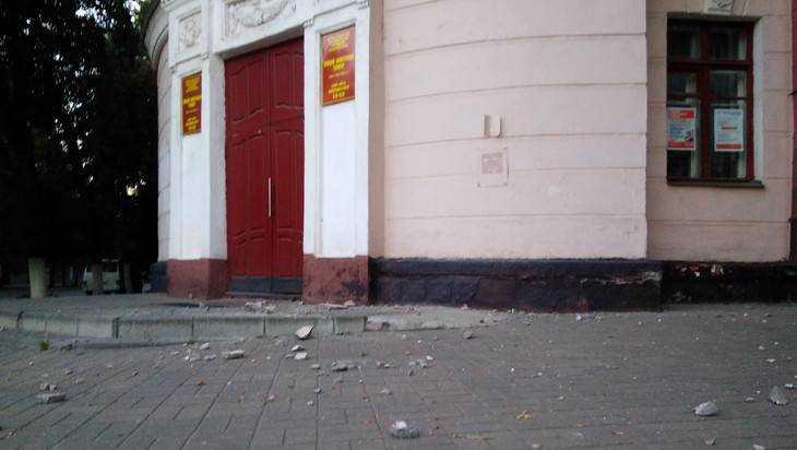 В центре Брянска рухнула часть фасада кооперативного техникума
