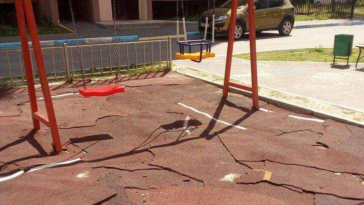 Брянцев удивило лохматое покрытие детской площадки