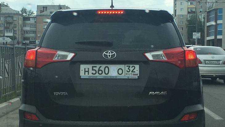 В Брянск пришла столичная мода заклеивать номера автомобилей
