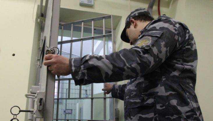 Сотрудника брянской колонии обвинили в получении 10000 рублей взятки