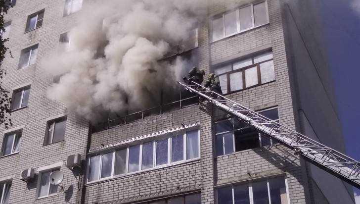 В Брянске 8 человек спасли от удушья из-за пожара в квартире гуляк