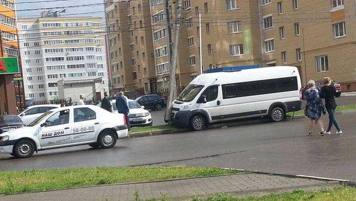Возле Брянского университета маршрутка снесла столб