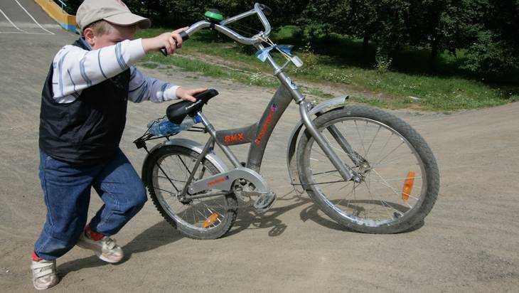 В Брянске автомобиль сломал ногу 9-летнему велосипедисту