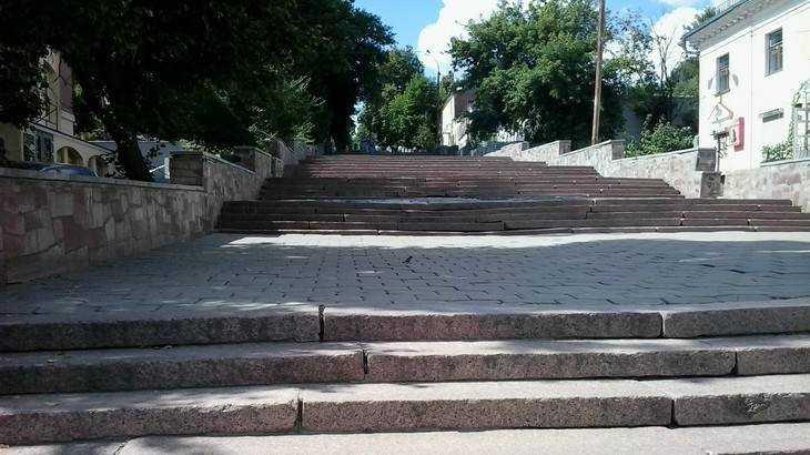 В Брянске приступили к ремонту лестницы на бульваре Гагарина