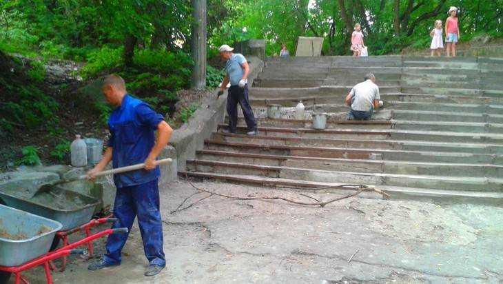 В Брянске поправили пляжную лестницу, где депутаты едва не переломали ноги