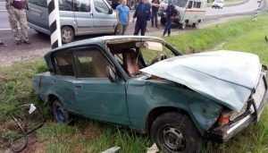 Брянская автомобилистка на легковушке врезалась в фуру и перевернулась