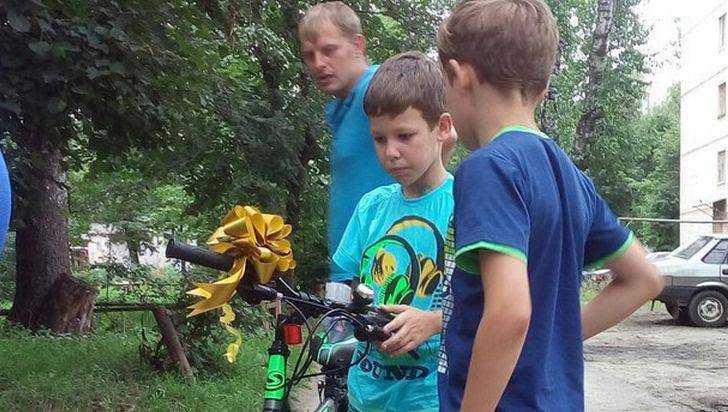 Спасенному под Брянском 8-летнему Кириллу подарили новый велосипед