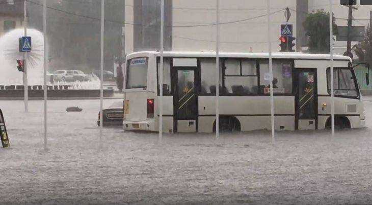 В Клинцах сняли видео плавающих после жуткого ливня автомобилей