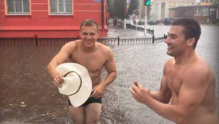 В Клинцах сняли видео веселого заплыва по затопленной улице