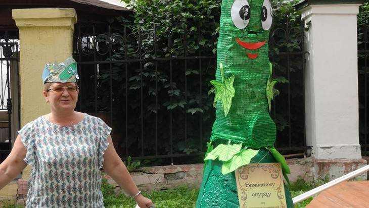 В Брянске установили памятник огурцу